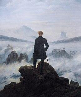 Un homme sur une montagne contemple l'horizon